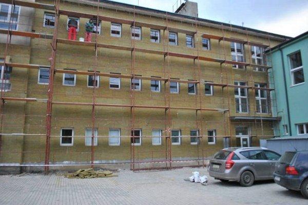 Gymnázium Lipany. Pracujú na novej fasáde a zatepľovaní.