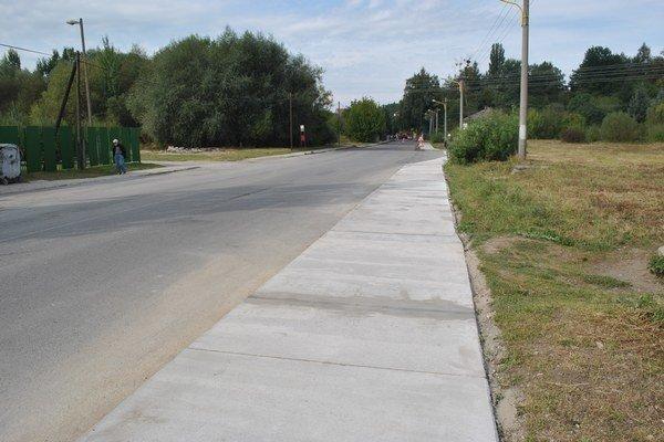 Chodník. Zo Sekčova do mesta už bude viesť opravený chodník.