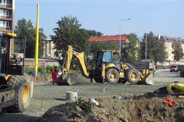 Práce na dokončovaní Kuzmányho ulice.