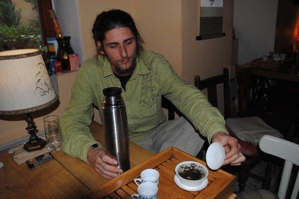 Alexander Hudák ukazuje, ako sa servíruje na čajovom mori.