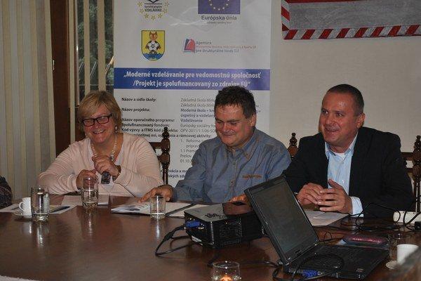 Zástupcovia školy. Riaditeľ Bizub (vpravo) spolu s projektovými manažérmi Kleinom a Baranovou.