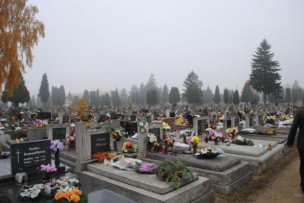 Hroby. Na cintorínoch budú predĺžené otváracie hodiny.