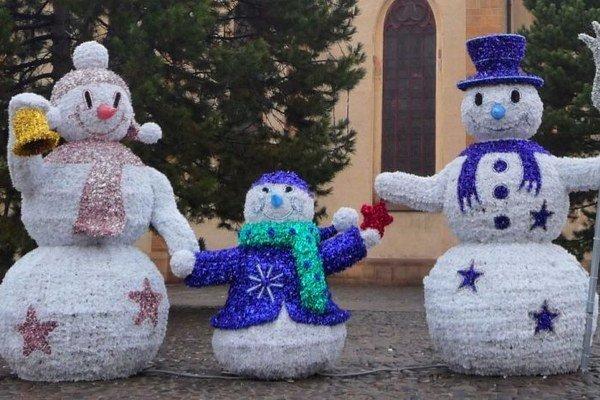 Rodinka snehuliakov. Nebude chýbať ani túto zimu.