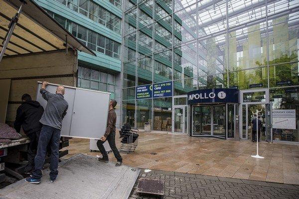 Bratislavské biznis centrum Apollo museli dočasne uzavrieť pre problémy so statikou.