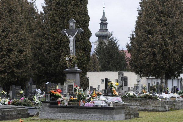 Cintorín je situovaný vedľa staršieho cintorína v časti Šváby. Na snímke je starý cintorín.