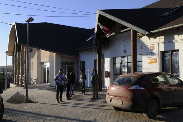 Na snímke vľavo je komunitné centrum, vpravo je obecný úrad.
