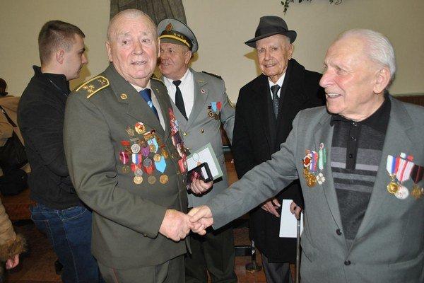 F. Orlovský (vľavo) a J. Vaľko prevzali ocenenia.