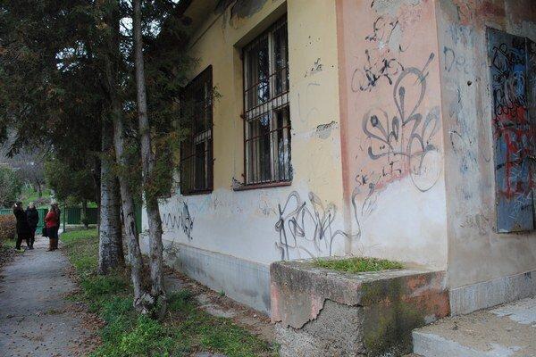 Bývalá škola na Šidlovci. Schátraný objekt už MyMamy začali rekonštruovať.
