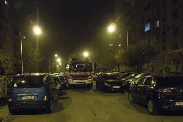 Sibírska ulica. Hasiči musia kľučkovať pomedzi zaparkované autá.