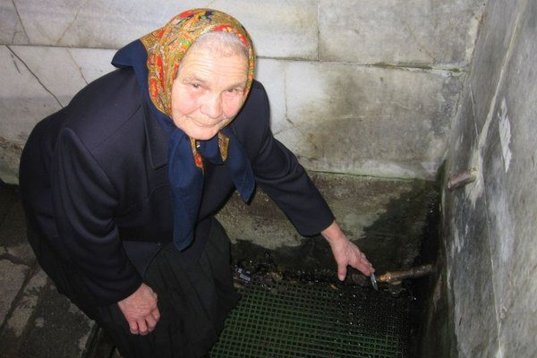 Pani Terézia Herzteková nedá dopustiť na vodu z prameňa, ktorý vyviera v priamo v dedine.
