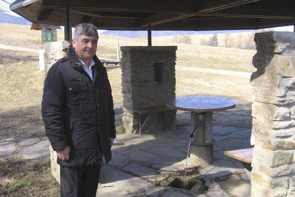 Starosta obce Víťaz v okrese Prešov Ján Baloga pri prameni Slaná voda, ktorý vznikol pri geologických prieskumoch v 70. rokoch.