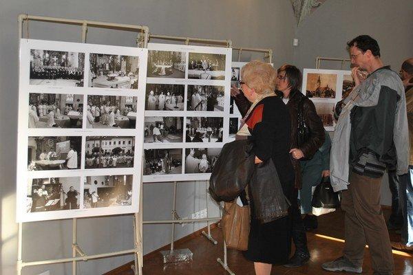 Výstava fotografií v knižnici.