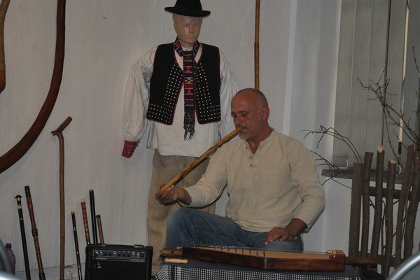 Michal Smetanka. Momentálne je v Krajskom múzeu jeho výstava, prišiel aj zahrať.