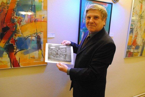 Stanislav Harangozó. Pred svojím obrazom, s fotografiou prešovskej mozaiky.