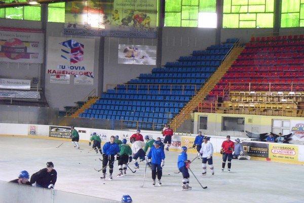 Zimný štadión. Hrozí, že sa v ňom korčuľovať nebude.