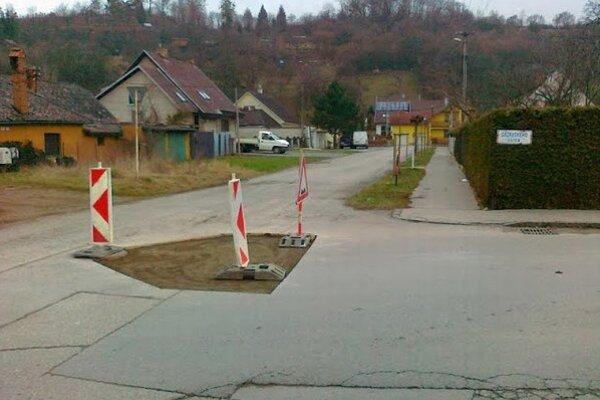 Sázavského ulica. Diery už začali cestári opravovať. Otázkou je, ako dlho opravy vydržia.