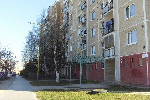 Čergovská ulica na Sekčove. Na trávnatej ploche by mala pribudnúť autoumyváreň.