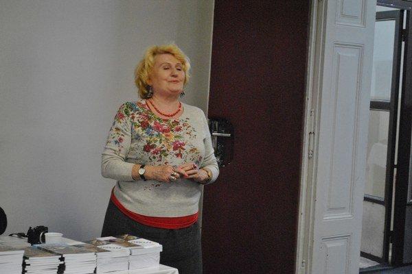 Erika Matonoková. Vydala knihu dvojjazyčne.