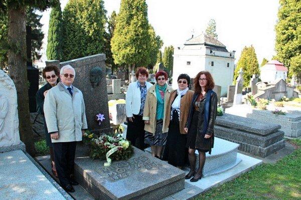 Na cintoríne. Na jeho hrob položili pedagógovia kyticu kvetov.