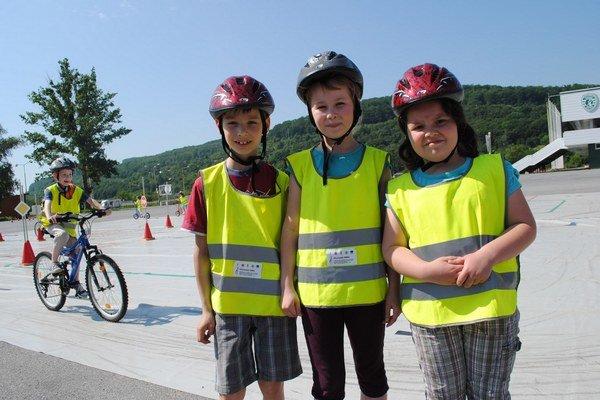Deti na dopravnom ihrisku. Zľava N. Šebeš, B. Frankovská a Ľ. Kobyľanová.