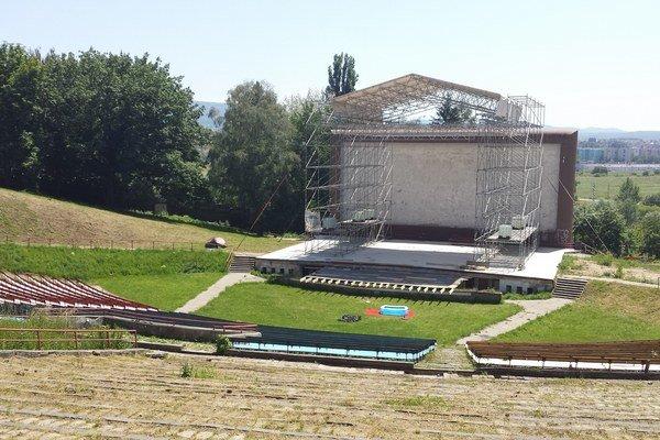 Amfiteáter. Areál je pripravený na nápor návštevníkov na Dobrý festival.