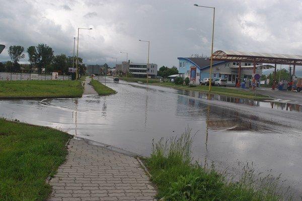 Cesta v smere pod Kamennou baňou. Vodiči tam v čase dažďov musia maximálne pri prejazde spomaliť.
