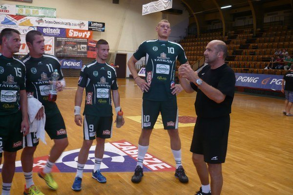 Tréner na palubovke. P. Dávid dával pokyny medzi zápasmi aj priamo na palubovke.