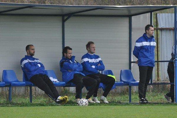 Lavička. Tréner Tomáš Suslo (štvrtý zľava) aj ďalší Pušovčania pozorne sledovali ouvertúru na ihrisku v Štrbe.