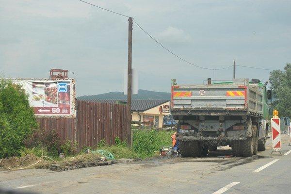 Výstavba chodníka. Prebieha aktuálne v Kapušanoch, v smere do Bardejova.