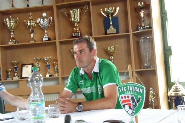 Zamyslený tréner. Stanislav Varga dumá nad tým, ako docieliť, aby Tatran začal vyhrávať.