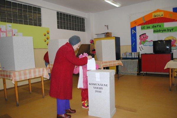 Voliči. Čoskoro sa dozvedia, koho môžu vybrať v nadchádzajúcich voľbách.