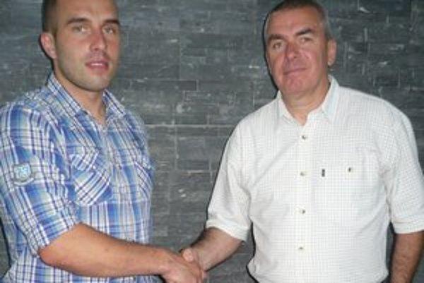 Posila. D. Krzysztofik zapózoval s majiteľom klubu (vpravo) i generálnym manažérom Tatrana B. Benkom.