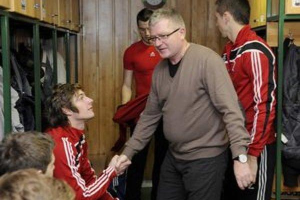 Poďakovanie. Vyslúžil si ho aj Kamenčík (vľavo), ktorý strelil jeden z gólov juniorov Prešova.