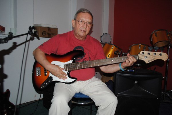 Miro Tásler st. v skúšobni s basgitarou.
