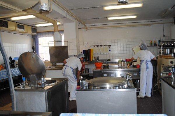 Školské jedálne. Na každé hlavné jedlo bude rodič doplácať ešte 10 centov, teda 1,05 eura na deň.