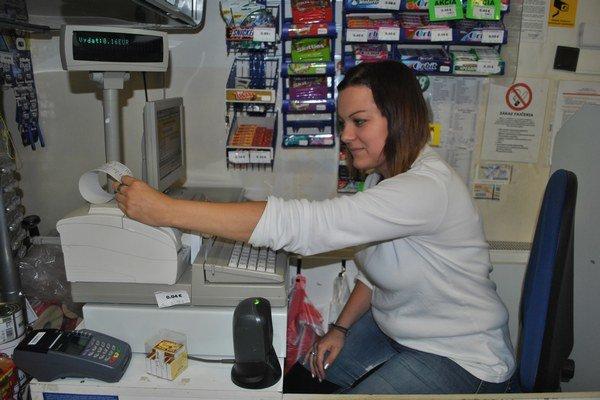 Predavačka Danka. Vraví, že mnohí zákazníci sa o svoje bločky nezaujímajú.