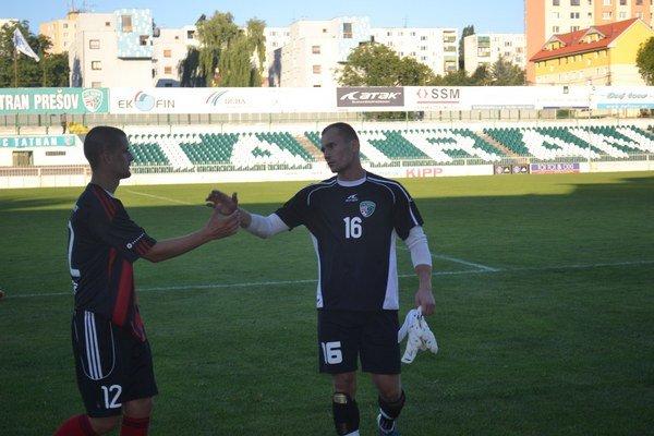Nešťastník. Brankár Jozef Talian (vpravo) videl prvý raz v kariére červenú kartu.