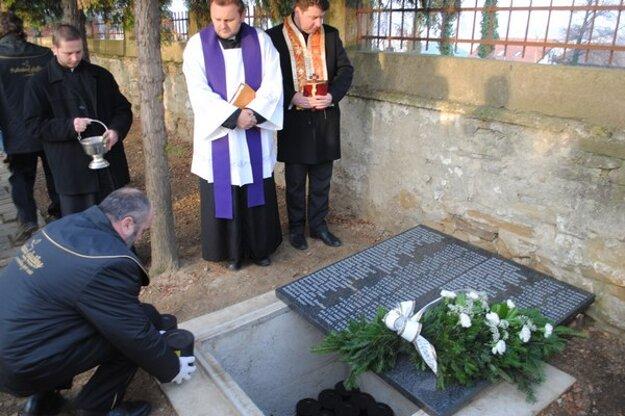 Dekan Jozef Drondzek pri hrobe.