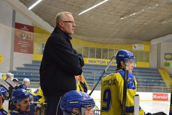 Pozorne sleduje dianie na ľade tréner Branislav Kohutiar, aby vedel promptne zareagovať.