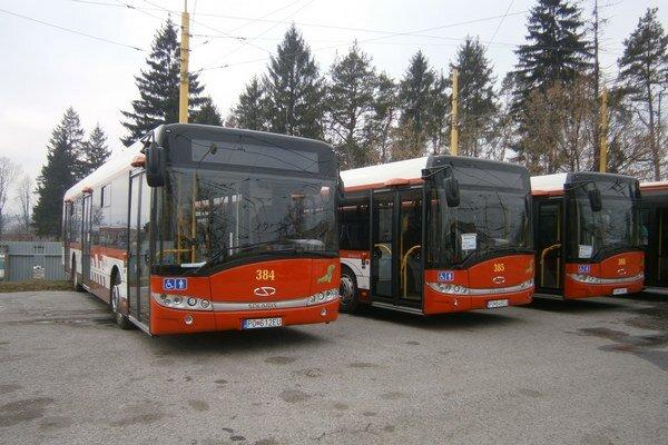Nové autobusy sú nízkopodlažné a klimatizované. Jazdiť začnú v pondelok.