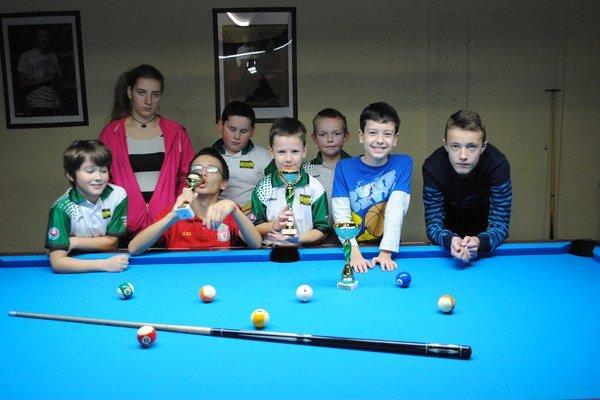Mladí športovci. Účastníci biliardového turnaja.