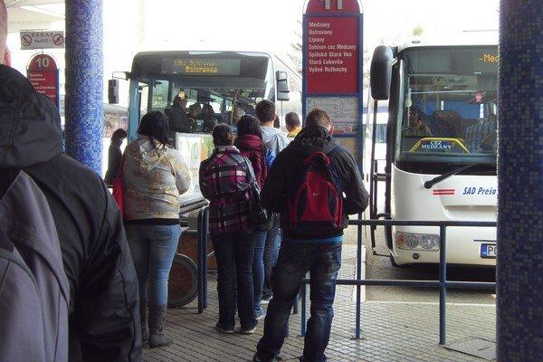 Cestujúci tvrdia, že každý cent sa odrazí na ich mesačných výdavkoch za dopravu.
