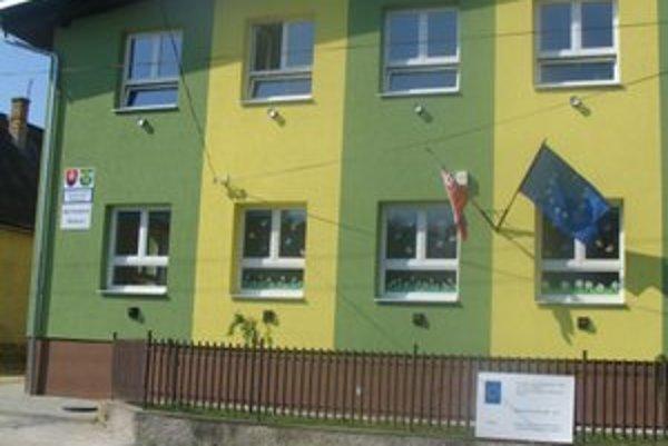 Obecný úrad, kultúrny dom a materská škola. Vynovili ich zvnútra aj zvonku.