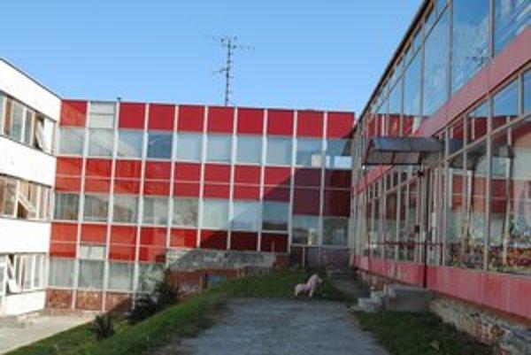 MŠ Jurkovičová. Na zdevastovaných stenách je množstvo azbestu a okná visia z rámov.