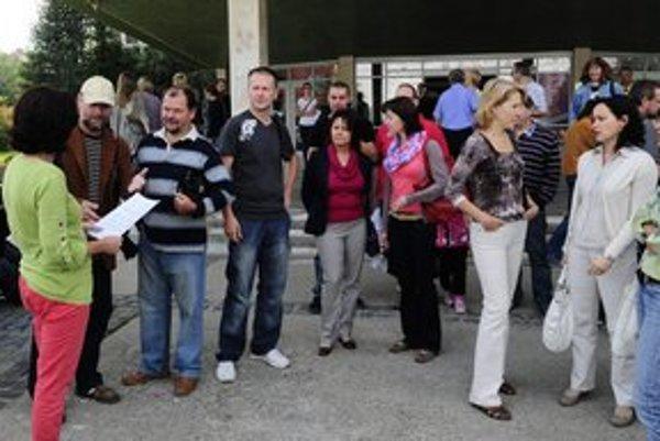 Štrajkujúci pred budovou Prešovskej univerzity.