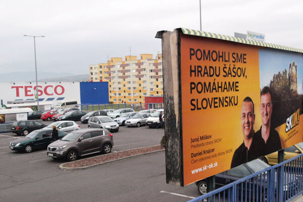 Bilbord s hradom Šášov pred žiarskym hypermarketom.