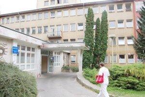 Interná klinika. Šiestich tu hospitalizovaných prepustili domov, dvaja zostávajú v nemocnici.