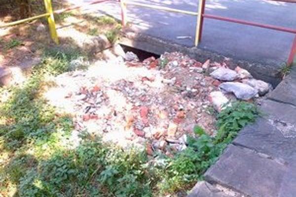 Mlynský náhon. Plní sa odpadom z mestských stavieb s povolením radnice.