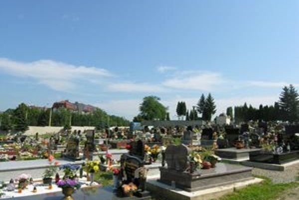 Mestský cintorín. V tejto časti tiež chýbal zoznam hrobových miest, ale už je urobený.
