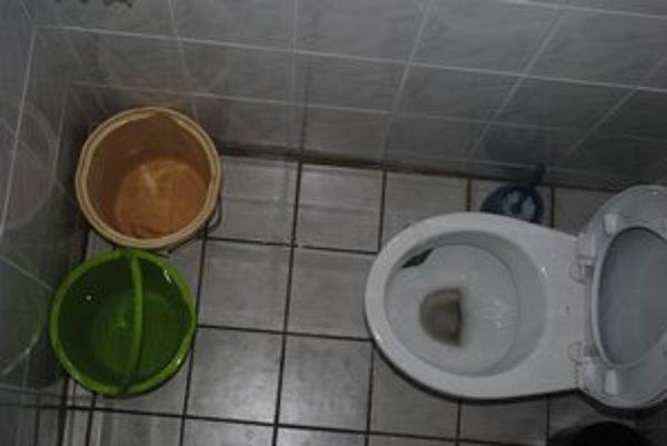 Toalety na obecnom úrade vo Vyšnom Slivníku. Ani tu vodu nemajú.